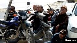Des policiers prés du parlement à Tunis (Reuters)
