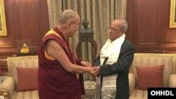 Tổng thống Ấn Độ Pranab Mukherjee (trái) và Đức Đạt Lai Lạt Ma.
