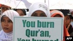 Một nhóm người biểu tình bên ngoài đại sứ quán Mỹ tại Jakarta, Indonesia, 04/09/2010