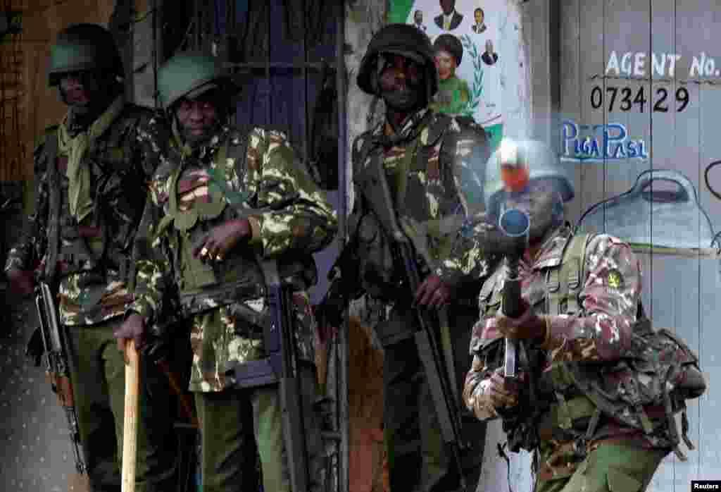 Des policiers anti-émeute tirent de grenades lacrymogènes en direction de manifestants à Mathare, Nairobi, Kenya, 12 août 2017.