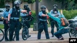 Một người biểu tình bị cảnh sát xịt hơi cay vào mặt ở Minneapolis hôm 31/5.