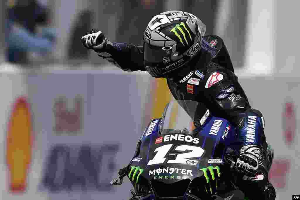 កីឡាករប្រណាំងម៉ូតូ Maverick Vinales នៃក្រុម Monster Energy Yamaha របស់អេស្ប៉ាញ សាទរជ័យជម្នះរបស់លោកនៅក្នុងការប្រណាំងម៉ូតូ MotoGP-class Malaysian Grand Prix នៅទីលាន Sepang International Circuit ក្នុងក្រុង Sepang ប្រទេសម៉ាឡេស៊ី។