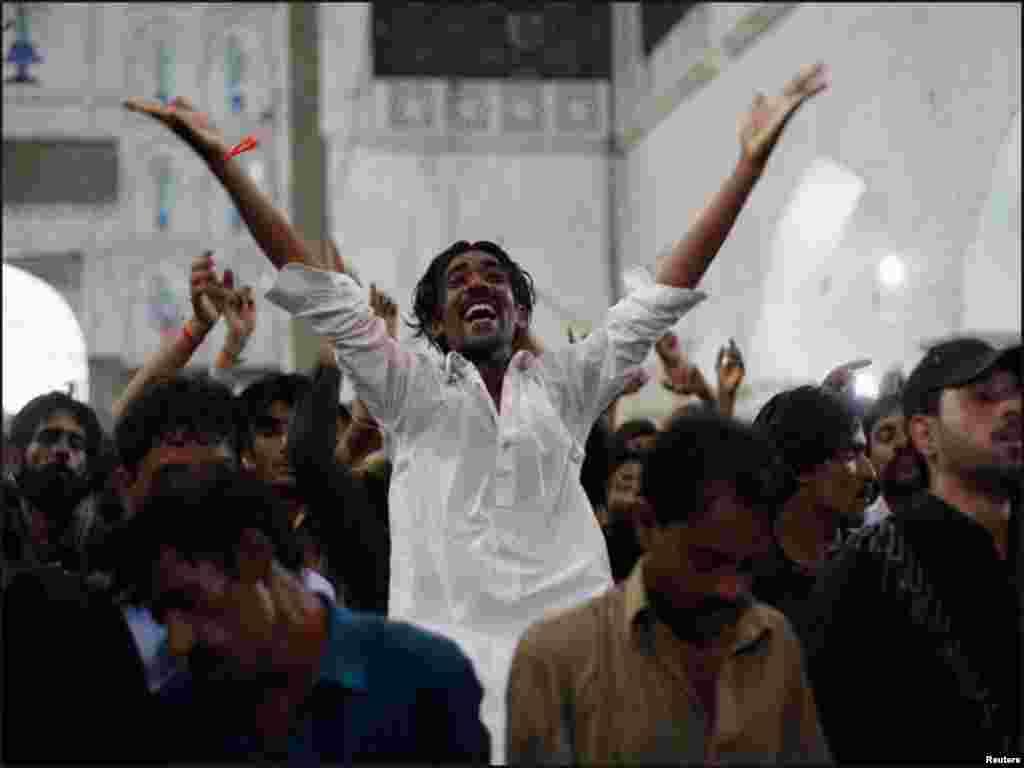 صوفی بزرگ لعل شہباز کے مزار پر عقیدت مند ڈھول کی تھاپ پر دھمال ڈال رہے ہیں