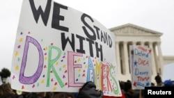 Protesti pristalica programa DACA ispred Vrhovnog suda (arhiva)