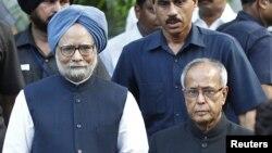 Thủ tướng Ấn Độ Manmohan Singh (trái) và Tổng thống đắc cử Pranab Mukherjee tại New Delhi, ngày 22/7/2012
