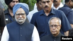 India's Prime Minister Manmohan Singh, left, poses for a picture with the newly elected President Pranab Mukherjee in New Delhi, July 22, 2012.