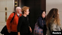 Cựu đại sứ Mỹ ở Ukraine, bà Marie Yovanovitch rời đi sau khi ra khai chứng trong cuộc điều tra luận tội Tổng thống ở Hạ viện