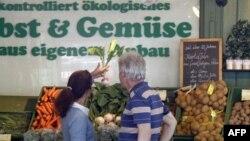 Gradjani gledaju i biraju povrće u Minhenu u Nemačkoj, 31. maj, 2011.