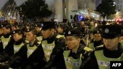 高铁拨款抗议中香港出动大批警力维持秩序