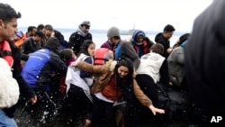 Miqrantlar Türkiyədən Ege dənizi vasitəsilə Yunanıstanın Lesbos adasına gəlib.