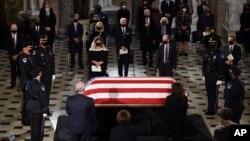 Linh cữu Thẩm phán Tối cao Pháp viện Ruth Bader Ginsburg quàn tại Điện Capitol. Ứng cử viên TT Mỹ Joe Biden, giữa, và phu nhân Jill Biden, trước linh cữu phủ quốc kỳ Mỹ tại Hội trường Statuary ở điện Capitol, ngày 25/9/2020 ở thủ đô Washington. (Olivier Douliery/Pool via AP)