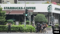Polisi Anti Teror Densus 88 menyisir di lokasi pengeboman di jalan Thamrin, Jakarta, 14 Januari 2016 (Foto: VOA/Andylala)