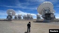 Các anten parabol của hệ thống kính thiên văn ALMA