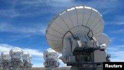 Antenn parabolik ki sèvi kòm senbòl medya pale ak televize.