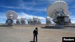 El telescopio ALMA opera ahora con 57 de las 66 antenas que tendrá y que funcionan todas a la vez como una sola.