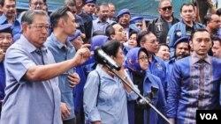 Mantan Presiden Susilo Bambang Yudhoyono (kiri) dalam jumpa pers soal kasus KTP elektronik di Jakarta, Selasa (6/2). (VOA/Fathiyah)