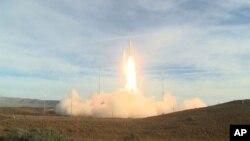 미국은 12일 캘리포니아주 반덴버그 공군기지에서 중거리 탄도미사일을 시험발사했다.
