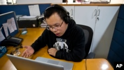 中国记者李新2015年11月20日在印度新德里的美联社办公室通过Skype接受美联社记者的采访。