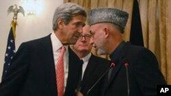 Menlu AS John Kerry (kiri) dan Presiden Afghanistan Hamid Karzai di Kabul (foto: dok). Kerry akan menjadi tuan rumah pembicaraan Karzai dan para pejabat senior Pakistan.
