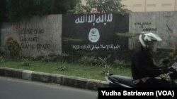 Lambang kelompok Negara Islam (ISIS) dan tulisan berisi dukungan di kota Solo, Jawa Tengah, yang kemudian dihapus.