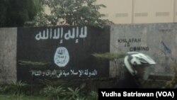 Tembok yang dicat simbol ISIS di kota Solo, sebelum dihapus oleh pemerintah dan warga setempat (Foto: dok).