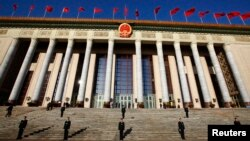 Nhân viên an ninh canh gác bên ngoài Sảnh đường Nhân dân tại Bắc Kinh.