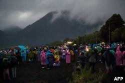 La gente observa el eclipse total de sol en las orillas del lago Villarrica en Pucón, sur de Chile, el 14 de diciembre de 2020.