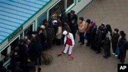 지난 4월 북한 평양의 한 식품점에서 식료품을 사기 위해 건물 밖까지 줄을 선 사람들.