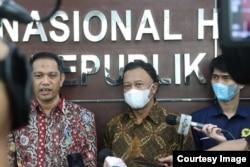 Wakil Ketua KPK Nurul Ghufron (kiri) dan Komisioner Komnas HAM Choirul Anam saat memberikan keterangan kepada wartawan di Jakarta pada Kamis (17/6). (Foto: Komnas HAM)