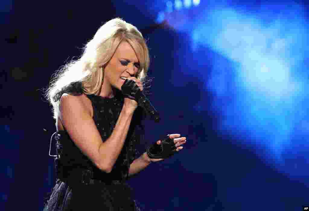 Carrie Underwood encantó con su actuación en los premios la noche del domingo.