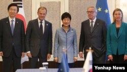 박근혜 한국 대통령이 15일 오전 몽골 울란바토르에서 열린 제11차 아시아·유럽 정상회의(ASEM)에서 유럽연합 지도부와 정상회담에 앞서 기념촬영을 하고 있다. 왼쪽부터 윤병세 한국 외교부 장관, 도날드 투스크 EU 정상회의 상임의장, 박 대통령, 장-클로드 융커 EU 집행위원장,페데리카 모게리니 EU 외교안보 고위대표.