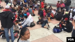 About 150 migrants spent the night outside El Chaparral gate in Tijuana, Mexico. (A. Martinez / VOA)