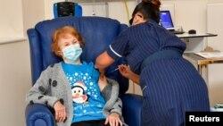 Марґарет Кінан стала першою британкою, якій зробили щеплення від коронавірусу 8 грудня 2020 р.