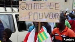 L'opposition togolaise réclame le départ du président Faure Gnassingbé ; un manifestant à Lomé, le 7 septembre 2017. (REUTERS/Noel Kokou Tadegnon)