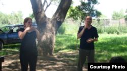 Rue Winiarzyk bekerja bersama seorang penerjemah bagi tuna rungu di Argentina. (Courtesy Rue Winiarczyk)