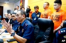 Kepala Kepolisian Daerah setempat, Jenderal Guillermo Eleazar, memberikan keterangan kepada media terkait penangkapan warga negara China yang terlibat judi online, 17 September 2019.