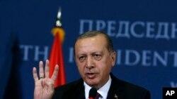 លោកប្រធានាធិបតី Recep Tayyip Erdogan ថ្លែងទៅកាន់សារព័ត៌មានក្នុងសន្និសីទកាសែតរួមមួយនៅក្នុងក្រុង Belgrade ប្រទេសសែប៊ី កាលពីថ្ងៃទី១០ ខែតុលា ឆ្នាំ២០១៧។