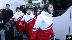 ក្រុមកីឡាការនី hockey របស់កូរ៉េខាងជើងទៅដល់ការិយាល័យ Inter-Korean Transit Office នៅក្នុងក្រុង ប្រទេសកូរ៉េខាងត្បូង កាលពីថ្ងៃទី២៥ ខែមករា ឆ្នាំ២០១៨។