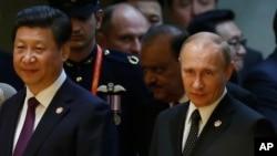 ປະທານປະເທດຈີນ ທ່ານ Xi Jinping (ຊ້າຍ) ແລະ ປະທານາທິບໍດີຣັດເຊຍ ທ່ານ Vladimir Putin ພວມເຂົ້າຮ່ວມງານລ້ຽງອາຫານຄ່ຳ ກ່ອນກອງປະຊຸມສຸດຍອດ CICA ຄັ້ງທີ 4 ທີ່ນະຄອນຊຽງໄຮ້ (21 ພຶດສະພາ 2014)