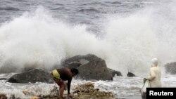 Angin kencang yang dibawa Topan Goni memicu ombak besar di pantai Manila (22/8). (Reuters/Romeo Ranoco)