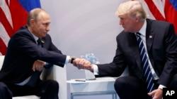 美国总统川普和俄罗斯总统普京在德国汉堡举行的G20峰会上握手(2017年7月7日)