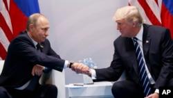 Por más de dos horas, el presidente de los Estados Unidos, Donald Trump, se reunió con el presidente ruso, Vladimir Putin, en la cumbre del G-20 el 7 de julio de 2017 en Hamburgo.