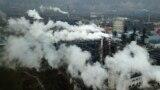资料照片:烟雾和蒸汽从中国山西省河津市的一家煤炭加工厂升起。(2019年11月28日)