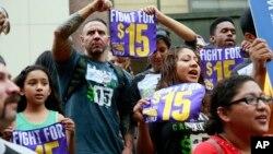 지난해 7월 미국 캘리포니아주 로스앤젤레스시에서 노동자들이 최저 임금 인상안을 지지하는 거리 행진을 하고 있다. (자료사진)