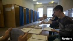 在乌克兰东部城市斯洛文斯克,选举委员会工作人员在星期日的公投前清点选票