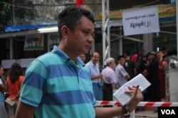 11月8日早晨,仰光的一处投票点,一位缅甸选民投票后,向记者显示他用左手小指按印留下的墨迹。(2015年11月8日,美国之音朱诺拍摄)