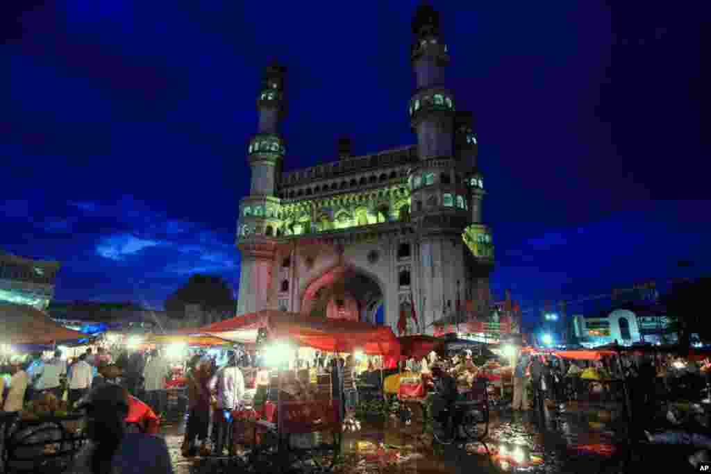 8月30日:在印度海德拉巴,穆斯林商贩推车卖小吃。这是穆斯林斋月的最后一天。