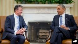 Tổng thống Obama và Tổng thư ký NATO Anders Fogh Ramussen tươi cười khi gặp nhau tại Phòng Bầu dục trong Tòa Bạch Ốc, Washington, ngày 8/7/2014.