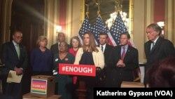 Tina Meins, người có thân phụ thiệt mạng trong vụ xả súng năm 2015 ở San Bernardino cám ơn các nghị sĩ Dân chủ dùng filibuster để mang dự luật kiểm soát súng ra sàn thảo luận. Hình minh họa.