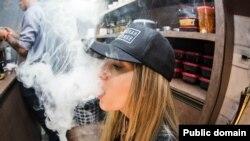 한 여성이 전자담배를 사용하고 있다.